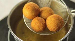 طريقة عمل كرات البطاطس المقرمشة